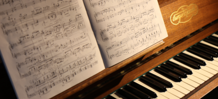 Photo (by Lorenzo Spoleti via Unsplash) of a piano - one of our recommended family investments